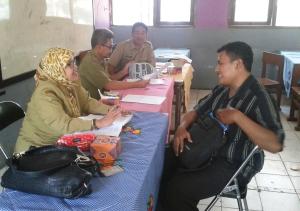 Tim Juri sedang mewawancarai salah seorang kontestan Guru Berprestasi